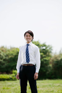 Young businessman wearing shirt and tie, portraitの写真素材 [FYI03478562]