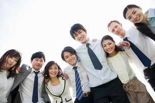 Businesspeople with arms around each otherの写真素材 [FYI03478567]