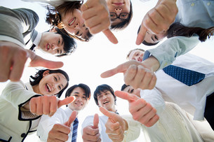 Businesspeople in a circle with thumbs upの写真素材 [FYI03478569]