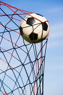 Football in goalの写真素材 [FYI03478683]