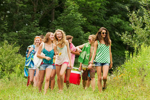 Teenagers carrying a hamper in the countrysideの写真素材 [FYI03479030]