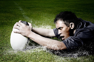 Rugby player on wet fieldの写真素材 [FYI03479039]