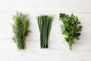 Freshly cut dill, chives and flat leaf parsleyの写真素材 [FYI03479051]