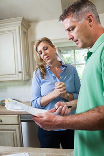 Mature couple looking at household billsの写真素材 [FYI03479274]