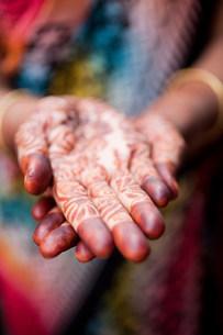 Woman with henna decorated hands, Kathmandu, Nepalの写真素材 [FYI03479485]