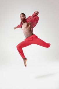 Young dancer in mid airの写真素材 [FYI03479524]