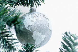 Silver globe bauble on treeの写真素材 [FYI03480068]