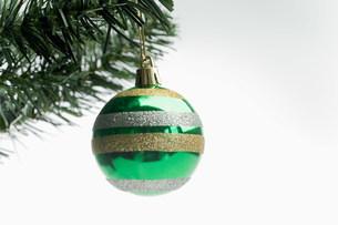 Christmas bauble hanging on treeの写真素材 [FYI03480077]
