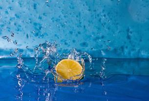 Lemon splashing into waterの写真素材 [FYI03480104]