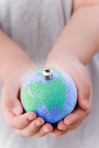 Girl holding globe decorationの写真素材 [FYI03480118]