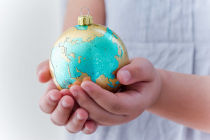 Girl holding globe decorationの写真素材 [FYI03480119]