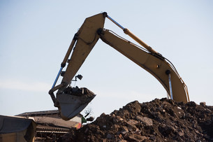 Earth mover and pile of rubbleの写真素材 [FYI03480172]