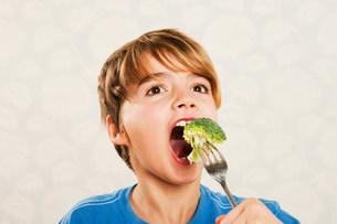 Boy eating broccoliの写真素材 [FYI03480207]