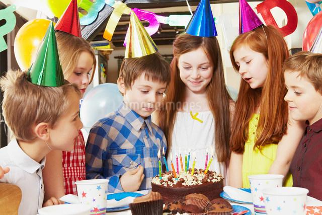 Children around cake at birthday partyの写真素材 [FYI03480373]