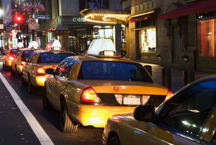 Queue of taxi cabs in New York City, USAの写真素材 [FYI03480399]
