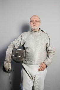 Portrait of senior man in fencing suitの写真素材 [FYI03480521]