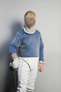 Mature male fencer, portraitの写真素材 [FYI03480522]