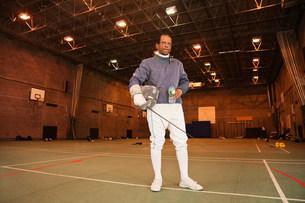 Senior man in fencing suit in hallの写真素材 [FYI03480525]