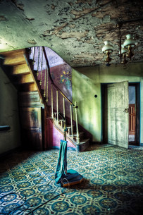 Abandoned hallway with old vacuum cleanerの写真素材 [FYI03480743]