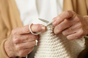 Senior woman knitting, close upの写真素材 [FYI03481183]