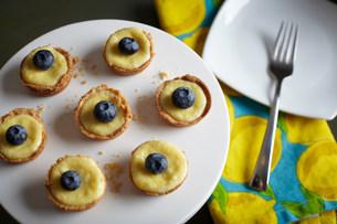 Homemade lemon tarts with blueberries on topの写真素材 [FYI03481237]