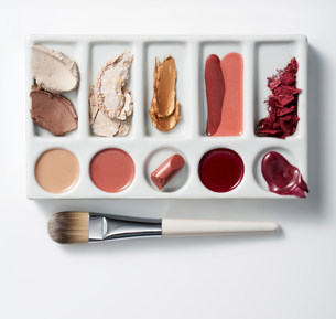 Artists palette with make up and brushの写真素材 [FYI03481329]
