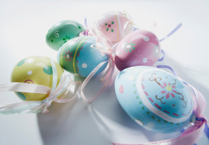 Basket of easter eggs, studio shotの写真素材 [FYI03481790]