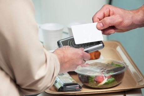 Man using card to buy foodの写真素材 [FYI03481932]