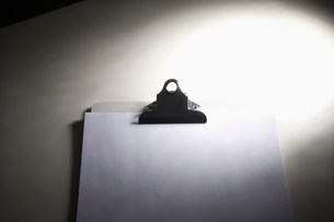 Clipboard with blank paperの写真素材 [FYI03481980]