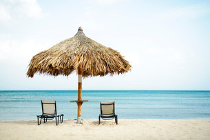 Parasol and sun loungers on beachの写真素材 [FYI03482157]