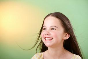 Brunette girl smilingの写真素材 [FYI03482269]