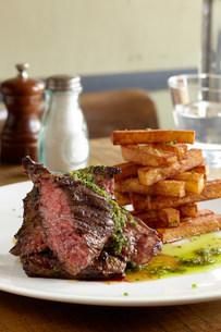 Hanger steak and friesの写真素材 [FYI03482313]