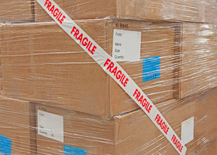 Cardboard boxes packaged with tapeの写真素材 [FYI03482424]