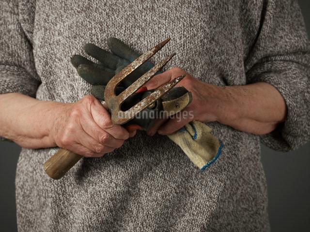 Woman holding gardening glove and trowelの写真素材 [FYI03482529]