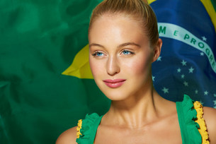 Young woman in front of Brazilian flagの写真素材 [FYI03482619]