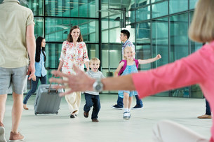 Children running excitedly towards grandmotherの写真素材 [FYI03482663]
