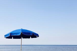 Blue parasol against the seaの写真素材 [FYI03482843]