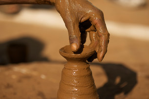 Close up of potter at work in Orchha, Madhya Pradesh, Indiaの写真素材 [FYI03482849]