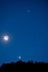 Moon and stars in the skyの写真素材 [FYI03482860]