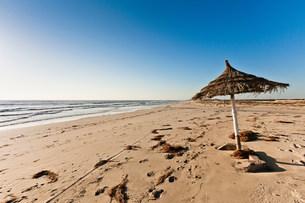 Parasol on beach on island of Djerba, Tunisiaの写真素材 [FYI03482870]