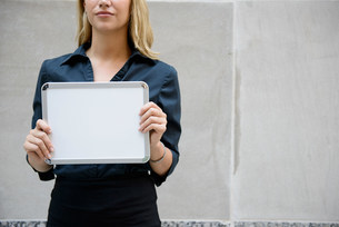 Businesswoman holding a blank signの写真素材 [FYI03483075]