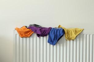 Underwear drying on radiatorの写真素材 [FYI03483238]