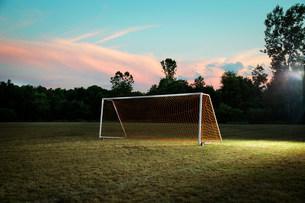 Empty goal on soccer pitchの写真素材 [FYI03483279]