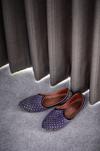 Slippers by a curtainの写真素材 [FYI03483283]