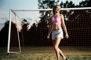 Girl by football goalの写真素材 [FYI03483314]