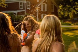 Girls having water fight with water pistolsの写真素材 [FYI03483400]