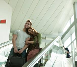Young couple travelling on escalatorの写真素材 [FYI03483472]