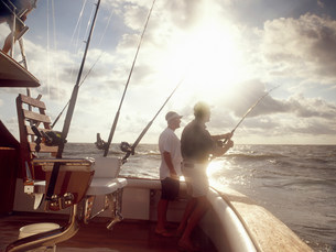 Men fishing from sport fishing boatの写真素材 [FYI03483516]