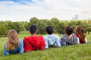 Teenagers hanging out in a parkの写真素材 [FYI03483649]