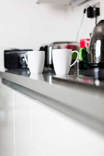 Coffee cups on kitchen counterの写真素材 [FYI03483718]